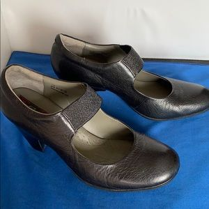 Born size 7 black leather heels w padded insole